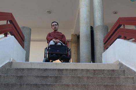 عز الدين … طالب يتحدى غياب الولوجيات للدراسة في أكادير